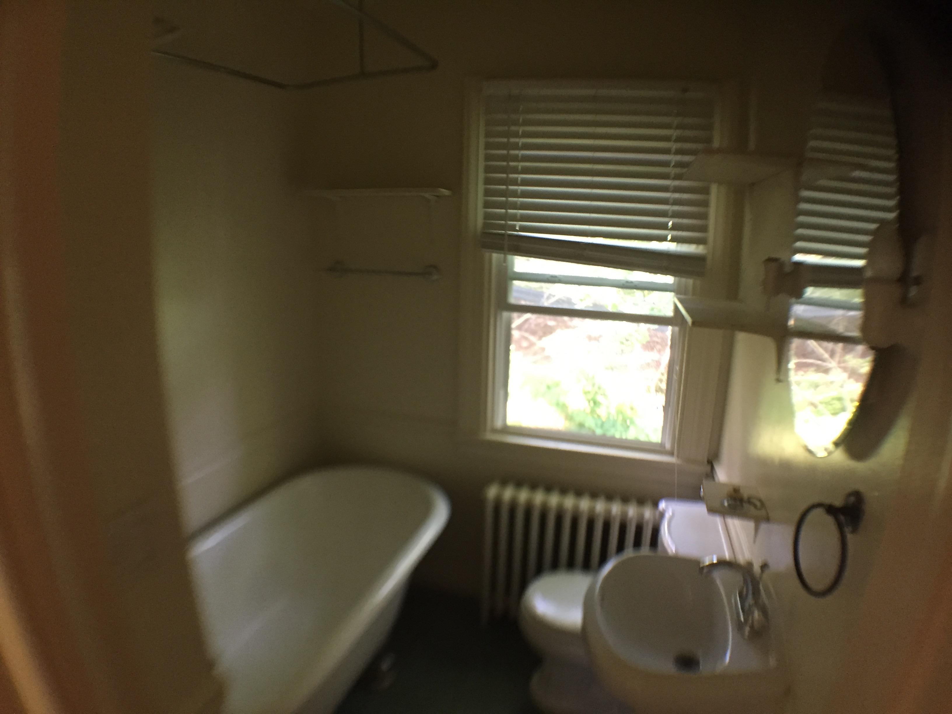 1814 1 W Bathrm Claw Foot Tub Shower Klein Rentals